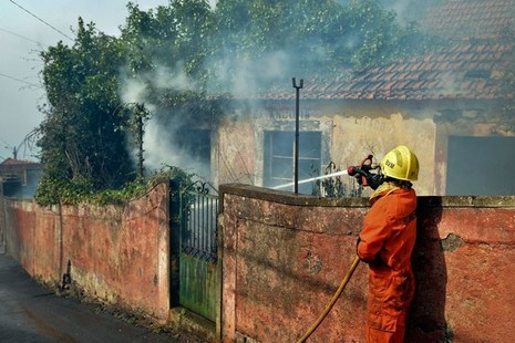 Cristiano Ronaldo dang tay cứu trợ đám cháy quê nhà  - ảnh 5