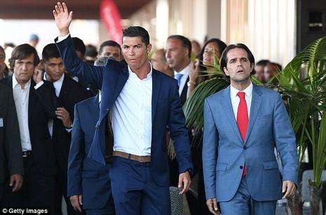 Cristiano Ronaldo dang tay cứu trợ đám cháy quê nhà  - ảnh 1