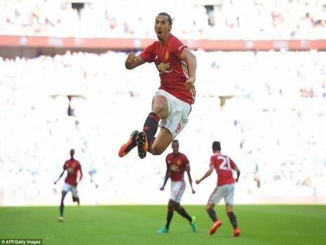 Zlatan có trận ra mắt hoàn hảo khi cùng M.U đoạt siêu cúp Anh