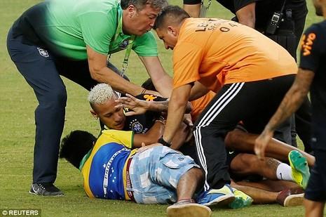 Neymar biểu hiện đẹp khi bị fan cuồng 'tấn công' - ảnh 1