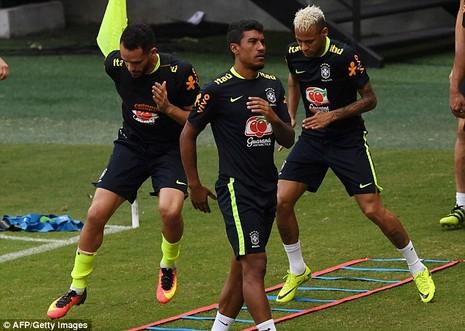 Neymar biểu hiện đẹp khi bị fan cuồng 'tấn công' - ảnh 3