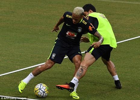 Neymar biểu hiện đẹp khi bị fan cuồng 'tấn công' - ảnh 4