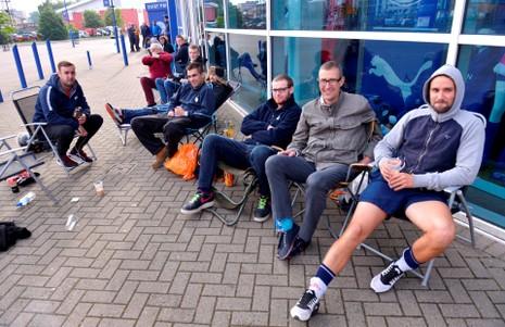 Fan Leicester xếp hàng 14 giờ để mua một vé xem Champions League