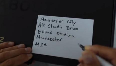 Ibrahimovic gửi quà 'độc' cho đối thủ trước trận derby thành Manchester - ảnh 3