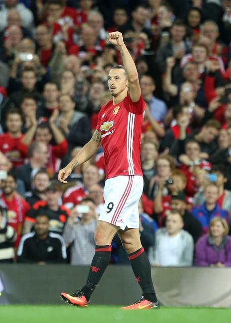 Ibrahimovic gửi quà 'độc' cho đối thủ trước trận derby thành Manchester - ảnh 1