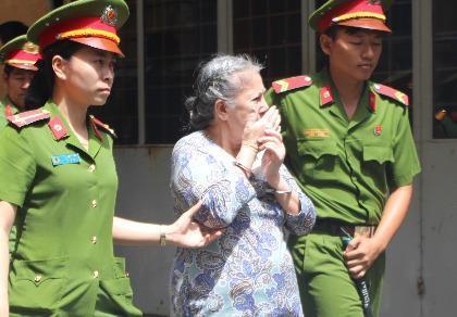 Bị cáo được dẫn giải về trại sau phiên xử