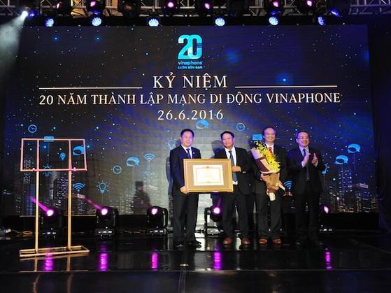Lãnh đạo Bộ TT&TT tặng bằng khen cho VinaPhone