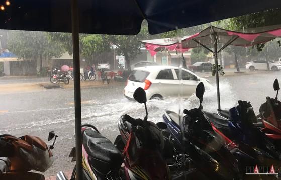 Cách nhận tin nhắn cảnh báo trời mưa trên smartphone
