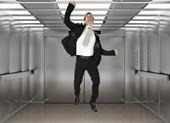 Cách sống sót khi thang máy đang rơi tự do