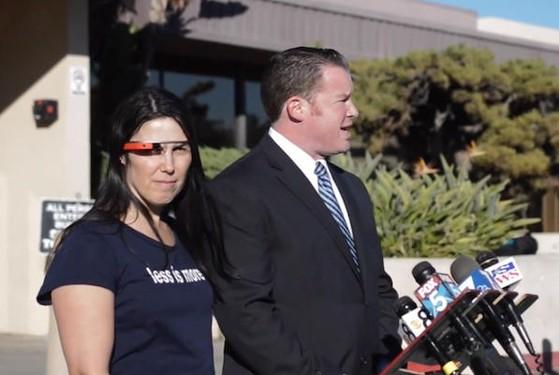 Cecilia Abadie và luật sư tại toà án San Diego.
