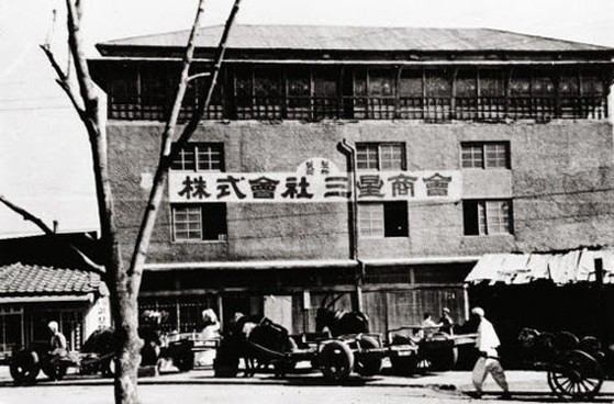 Lee Byung-chull in 1938, Samsung Sanghoe as it was known, traded groceries and made its own noodles. The company diversified to wool after the Korean War and eventually to insurance, textiles and even securities. In the late 1960s and beyond, Samsung ventured into electronics, semiconductors, LCD screens and mobile phones (worlds largest maker in 2012). (Image Source: Wikipedia)