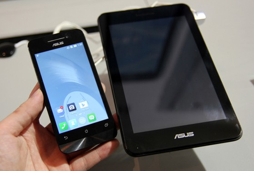 Bao gồm một điện thoạiAndroid màn hình 4,3 inch nhỏ gọn, độ phân giải 960 x 540 pixel, smột bộ đế có ngoại hình giống như một tablet với màn hình cảm ứng 7 inch độ phân giải 1.280 x 800 pixel.