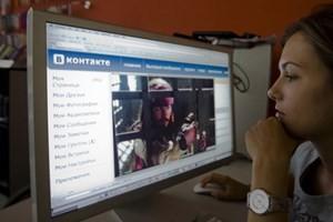 Một người dân Nga đang theo dõi thông tin trên mạng xã hội VKontakte. (Nguồn: rusbase.com)