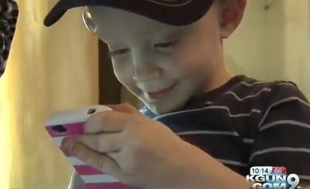 Cậu bé 2 tuổi trở thành anh hùng vì dùng iPhone để cứu mẹ