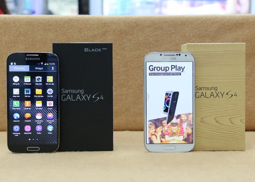 Gần một năm sau khi có mặt trên thị trường, Galaxy S4 mới có thêm phiên bản màu đen với mặt lưng vân da thiết kế tương tự như dòng phablet Galaxy Note 3. Phiên bản đặc biệt này có vỏ hộp được làm khác nhưng bản màu trắng hay xanh ra trước.