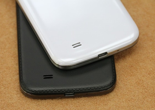 Giống như Galaxy Note 3, bao quanh viền nắp lưng cũng có các chi tiết tạo cảm giác như mặt da.
