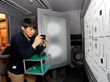 Thử nghiệm camera trên smartphone bằng cách chụp ảnh trong nhiều điều kiện ánh sáng khác nhau.