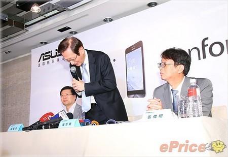 Chủ tịch Asus Jonney Shih cúi đầu xin lỗi trong buổi họp báo