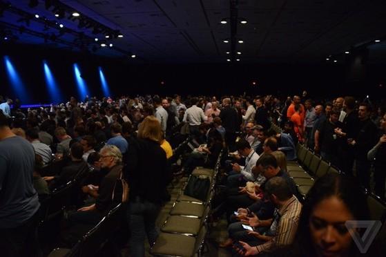 Rất đông người đã ngồi bên trong khán phòng đón chờ sự kiện