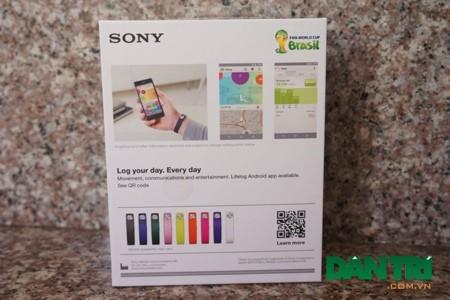 Với mặt sau là thông tin về sản phẩm, máy có đến 9 màu sắc để người dùng lựa chọn