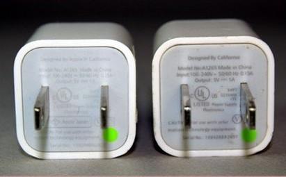 Cục sạc iPhone chính hãng (trái) và hàng nhái không có sự khác biệt