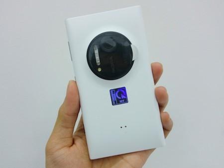 Điểm nhấn ấn tượng nhất trên Lumia 1020 là khối camera 41 megapixel nổi bật ở mặt sau của máy