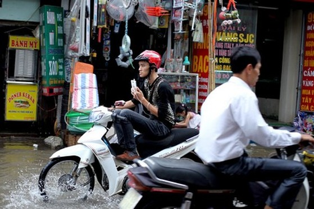 Một kiểu vượt ngập đầy nguy hiểm trên phố Định Công.