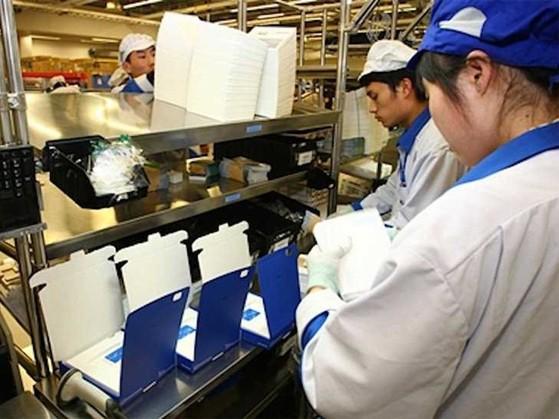 Công nhân tại nhà máy sản xuất điện thoại của Nokia tại Bắc Kinh, Trung Quốc.