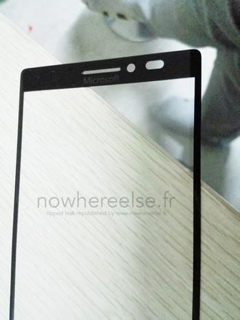 Hình ảnh linh kiện mặt trước được in logo của Microsoft, thay cho Nokia như trước đây