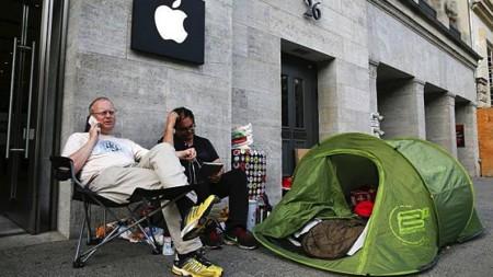 Hai người đầu tiên xếp hàng tại một cửa hàng Apple tại Đức.