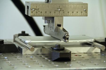 Thiết bị mô phỏng áp lực mà iPhone 6 phải chịu khi có người ngồi lên hay có vật nặng đè lên