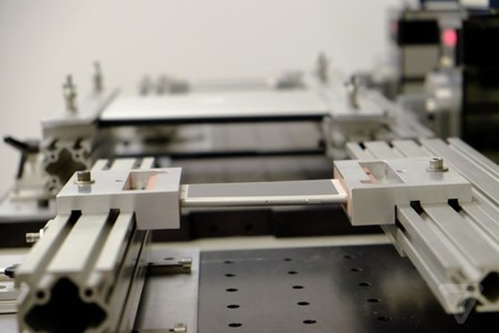 Một chiếc iPhone 6 Plus đang thử nghiệm khả năng bị vặn xoắn.
