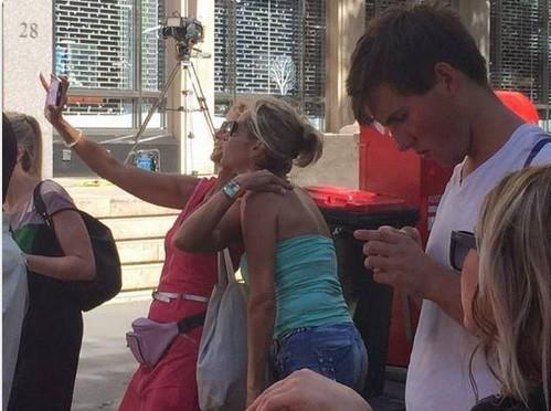 Một số người đã đứng chụp ảnh selfie trước quán cafe đang bắt giữ con tin tại Sydney. Ảnh: Twitter.