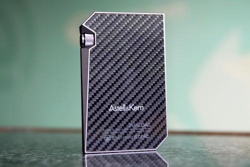 Mặt lưng với lớp sợi carbon chìm bên dưới mặt cứng cho hiệu ứng thị giác đẹp mắt.