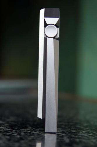 Nhìn ngang sẽ thấy được những thiết kế lạ mắt sử dụng nhiều đường vát chéo kiểu kim cương của AK240.