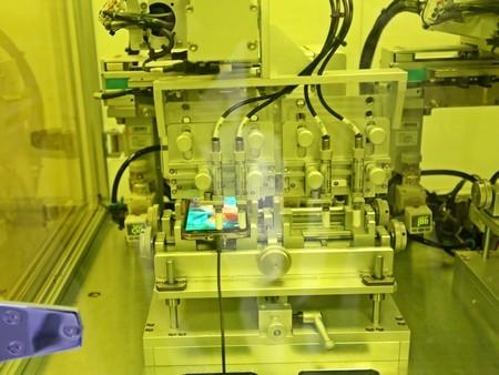 Các kỹ sư sử dụng một cây súng bắn tĩnh điện để kiểm tra khả năng chống sốc điện từ Galaxy S5.