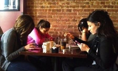 Hãy chú ý đến những người bạn thật xung quanh, thay vì thế giới ảo trong smartphone