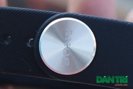 Chỉ có nút khoá sử dụng chất liệu kim loại với logo Sony