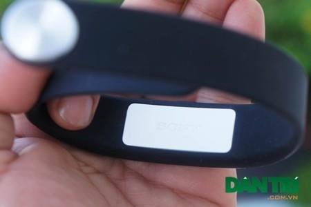 Sau khi gắn, vòng đeo tay SmartBand trở thành môt thiết bị y tế thực thụ