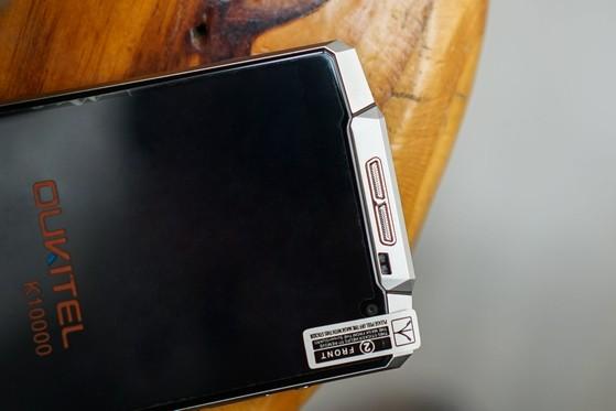 Oukitel K10000 dày gấp đôi các dòng smartphone hiện nay. Ảnh: Q.TUẤN