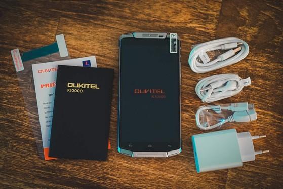 Hộp sản phẩm gồm cục sạc nhanh, cáp OTG và điện thoại. Ảnh: Q.TUẤN