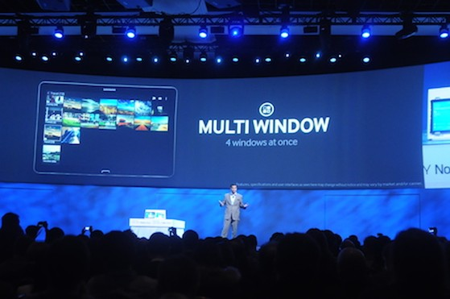 Tính năng Multi Windows được trình diễn trên sân khấu của buổi họp báo của Samsung.