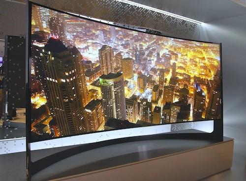 Tuy nhiên, ấn tượng hơn đó chính là hệ thống TV UHD màn hình cong đầu tiên và lớn nhất thế giới 105 và tỉ lệ màn hình 21:9, và độtương phản tăng gấp đôi so với 1 chiếc TV màn hình phẳng. Thêm vào đó, người xem có thể trải nghiệm hiệu ứng 3D không cần kính với tính năng mới Auto Depth Enhancer. Trải nghiệm xem TV UHD còn được nâng lên một tầm cao mới nhờ các công nghệ độc quyền mới của Samsung tạo nên chiều sâu hình ảnh, chi tiết và màu sắc đẹp bất ngờ, bao gồm: công nghệ PurColor' tái hiện nhiều sắc thái chi tiết hơn và quy trình nâng cấp hình ảnh UHD giúp chuyển đổi nội dung HD và Full HD sang chất lượng hình ảnh gần với chuẩn UHD.