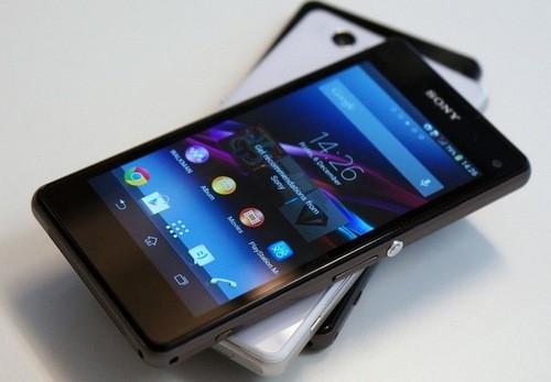 Không ngoài dự đoán của giới công nghệ, Sony đã mang tới CES 2014 mẫu Xperia Z1 Compact. Đây là phiên bản quốc tế của Xperia Z1 f đã bán ra ở Nhật và thường được biết đến với tên gọi phiên bản thu nhỏ của Xperia Z1. Máy có ngoại hình gọn gàng hơn với màn hình HD 4,3 inch, nhưng cấu hình với chip 4 nhân, RAM 2 GB và trang bị camera 20,7 megapixel 'ấn tượng' giữ nguyên như trên đàn anh.