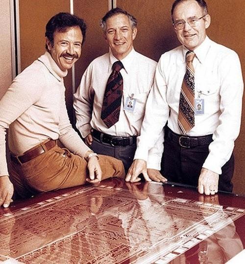 Andy Grove (trái) - người đầu tiên được Intel mời về - và hai nhà sáng lập Robert Noyce, Gordon Moore