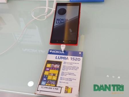 Lumia 1520 được trưng bày tại một chuỗi bán lẻ chính hãng tại TP.HCM.