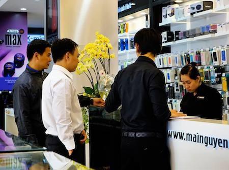 Người dùng đắn đo khi quyết định mua sắm các smartphone cao cấp như hiện nay.