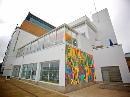 Một số tranh vẽ của Ive được trưng bày tại Bảo tàng thiết kế London.