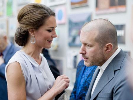 Ive gặp Công chúa Catherine của Anh tại lễ trao bằng khen.