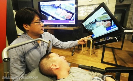Shin Hyung Jin đang điều khiển máy tính bằng mắt với EyeCan+